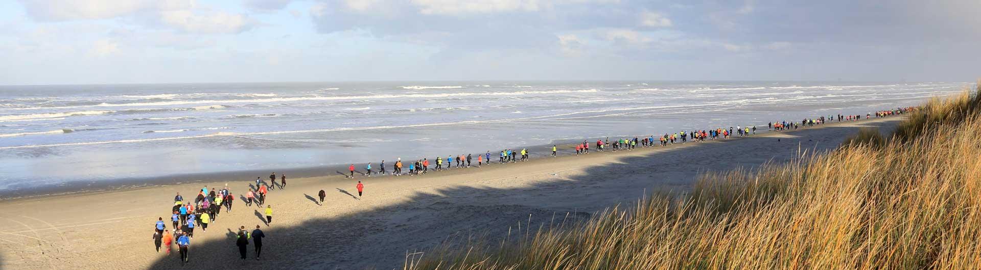 Ameland Adventurerun: zicht op het strand met lopers