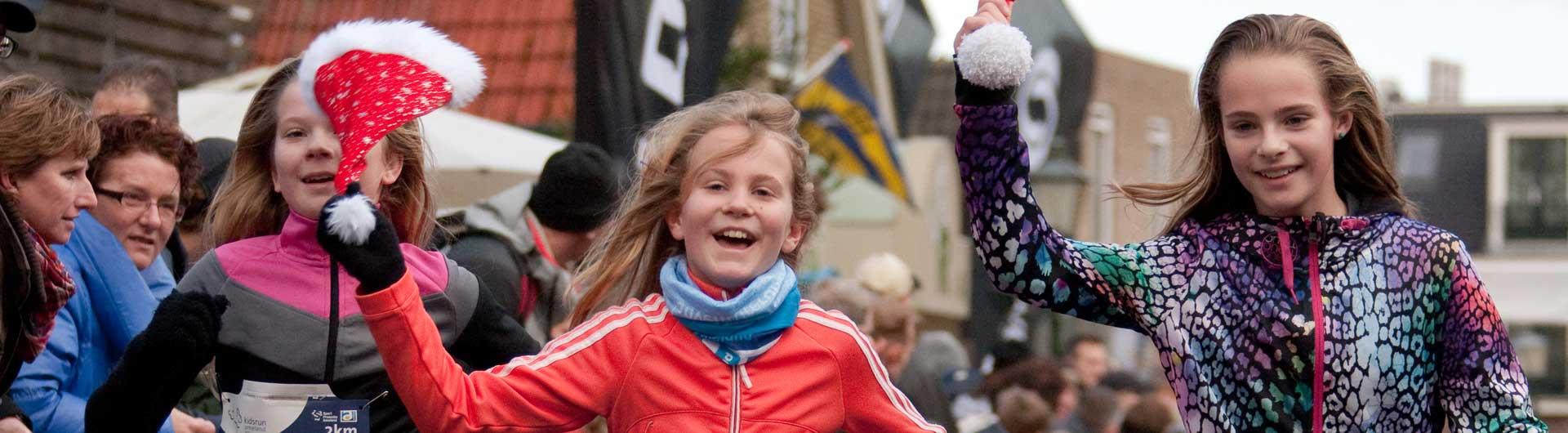 Ameland Adventurerun beeldverslagen 2011: Jeugdige runners op weg naar de finish in Nes